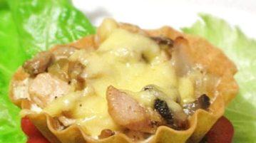 Тарталетки с курицей, грибами и сыром - закуски