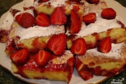 Быстрый пирог с клубникой - десерты